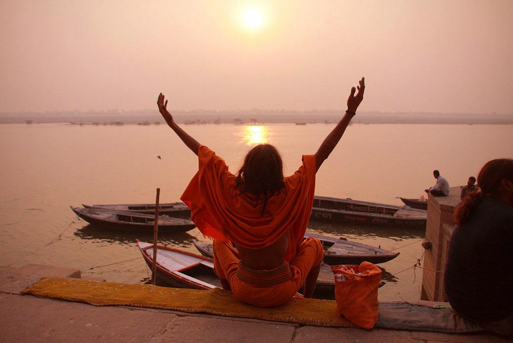Йог на рассвете в Варанаси. Индия