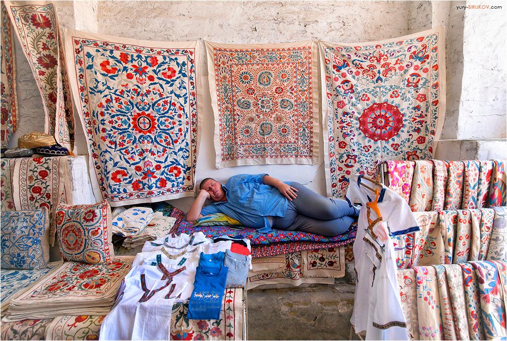 Продавец сувениров в Бухаре