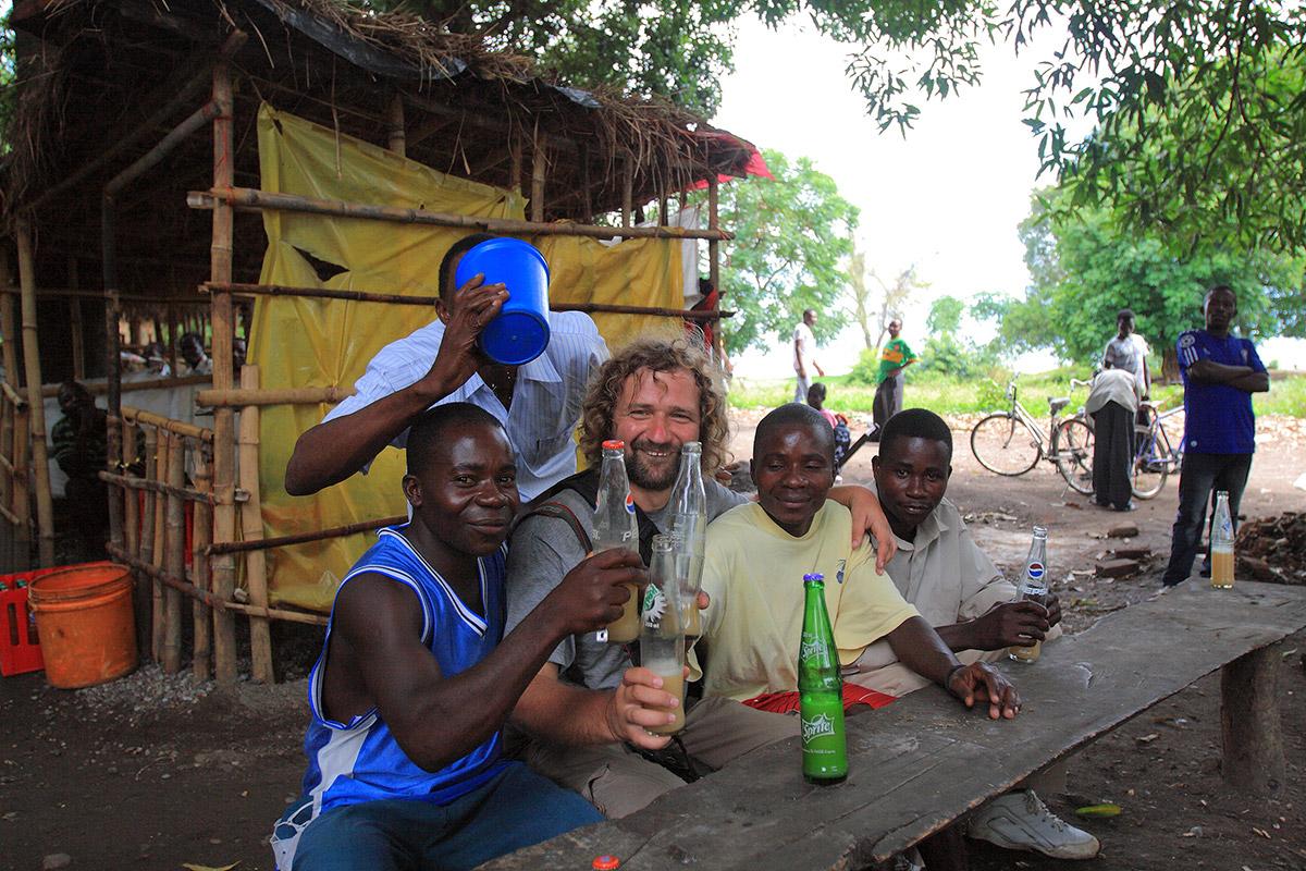 C друзьями африканцами в южной Танзании