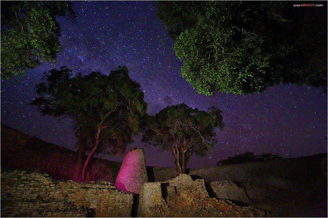 Башня и стены цитадели Большой Великого Зимбабве ночью