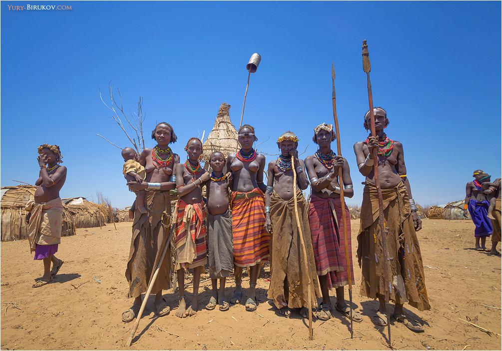 Коллективный портрет с копьями в племени Дасанеч
