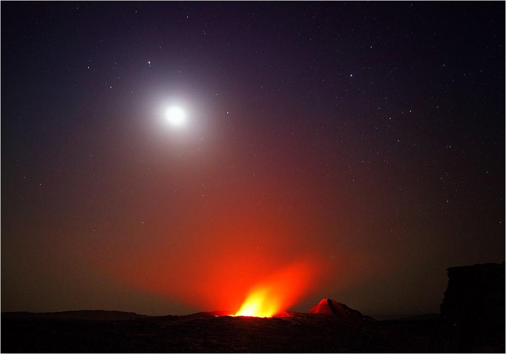 Луна над вулканом Эрта Але в пустыне Афар