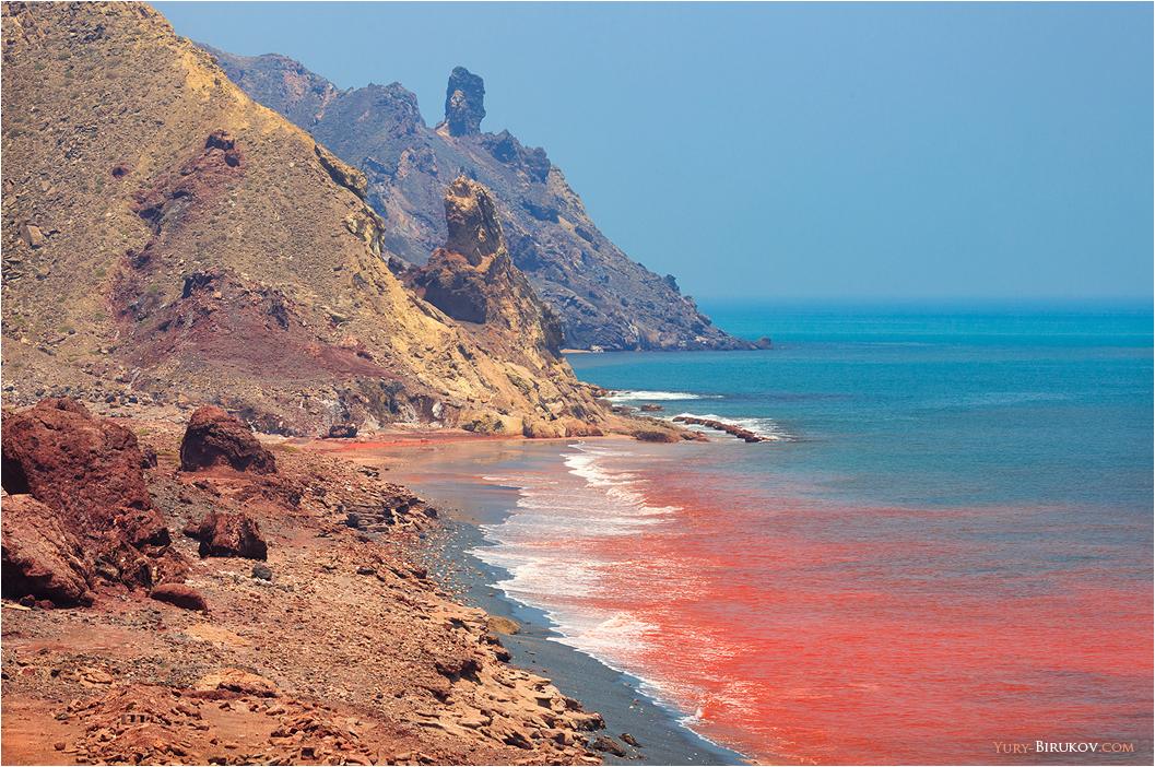 Iran - Красная вода на пляже острова Хормоз в Персидском заливе