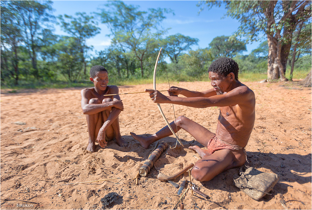 Namibia - Бушмены готовятся к охоте