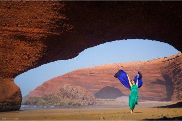 Природные арки на пляже Легзира в Марокко