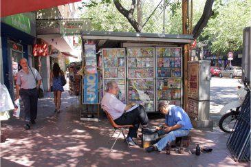 Чистильщик обуви на улице Мендозы. Аргентина