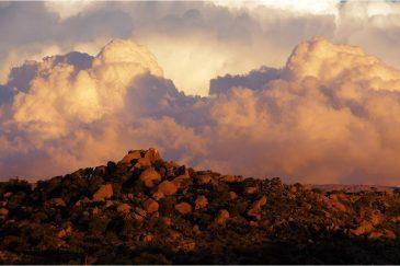 Драматические облака на закате в горах Сьерра де Кордоба. Аргентина