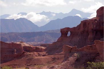 Красный песок и красные горы. Аргентина