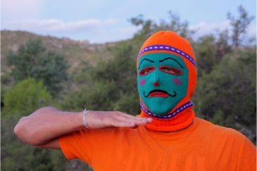 Перуанец в традиционной карнавальной шапочке индейцев