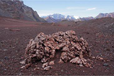От сильного суточного перепада температур камни в Андах рассыпаются впрах. Аргентина