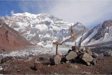Самая высокая гора Западного полушария (обеих Америк) - Аконкагуа (6960 м.). Аргентина