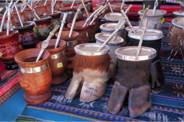 Сувенирные калебасы для питья мате на прилавках Пуэте-дель-инка. Аргентина
