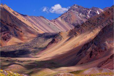 Цветные горы по пути к вершине Аконкагуа. Аргентина