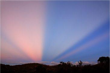 Загадочные лучи над вечерними пампасами. Аргентина