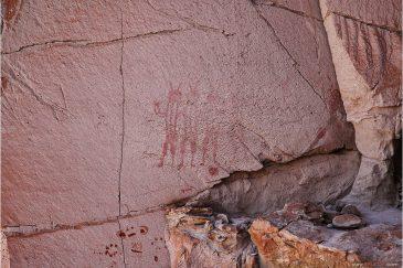 Рисунки первобытных людей в красных скалах на плато Альтиплано. Боливия