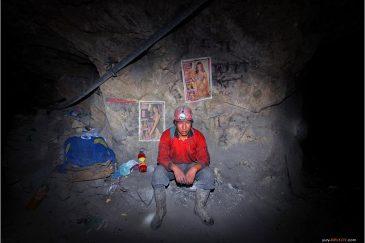 Шахтер на серебряных рудниках в Потоси. Боливия