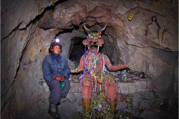 Шахтеры на серебряных рудниках в Потоси поклоняются Тио - хозяину подземелий. Боливия