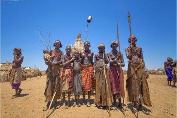 Коллективный портрет с копьями в племени Дасанеч. Эфиопия