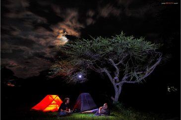 Палаточный городок на берегу озера Лонгано