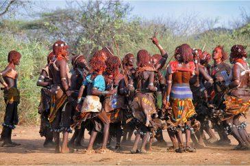 Женщины племени Хамер на церемонии инициации юношей