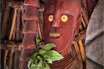Старинный идол с традиционным головным убором племени Консо