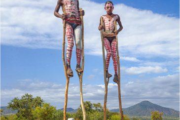 Выпрашивание денег на дороге детворой из племени Банна. Эфиопия