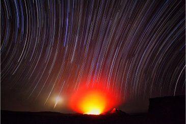 Звездные дорожки и восход Луны над вулканом Эрта Але. Эфиопия
