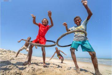 Детишки на пляже Морондавы (западный Мадагаскар)