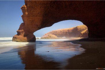 Природные арки на пляже Легзира. Марокко