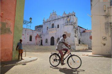 Португальская церковь Мисерикордия и улицы острова Мозамбик