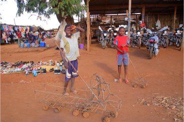 Самодельные игрушки мозамбикских детей