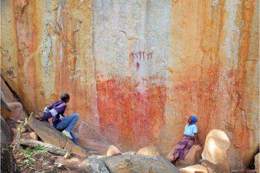 Священное место - скала с древними петроглифами возле деревни Маника. Мозамбик