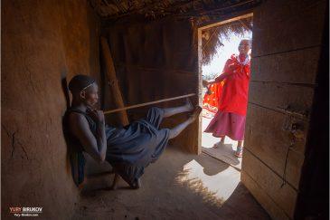 Парень масаи со своей девушкой