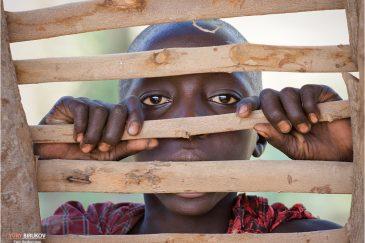 Любопытный мальчик из племени масаи в деревне Энгарука