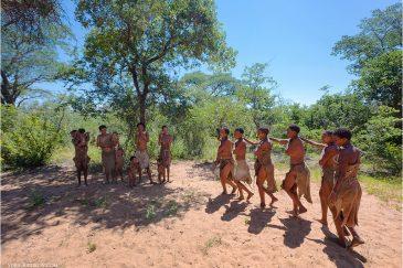 Танец женщин в племени бушменов