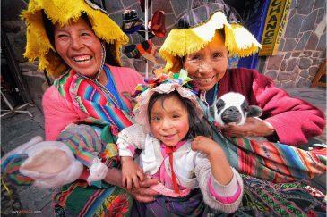 Индейцы кечуа на рынке городка Писак. Перу
