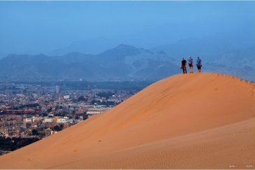 Наша команда в неполном составе на огромной дюне возле города Ика