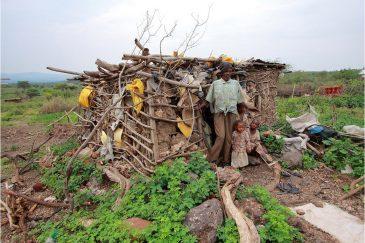 Бедная семья бывших охотников племени хадзабе возле озера Яси
