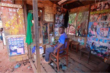 Деревенский парикмахер в Танзании