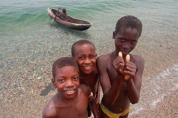 Дети на берегу озера Ньяса (оз. Малави)