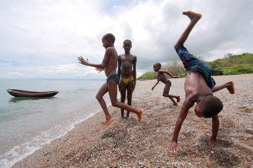 Дети на берегу озера Ньяса в деревне Матема. Танзания