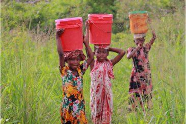 Дети по дороге из Килвы Масоко в Дар