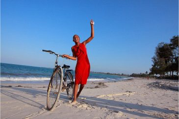 Девушка на пляже возле Дар-эс-Салама