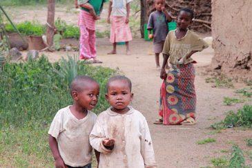 Детишки возле озера Яси