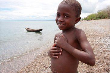 Мальчик на берегу озера Ньяса