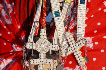 масаи приняли христианство, и теперь носят кресты из бисера