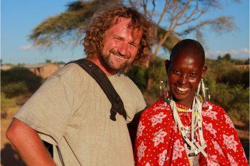 С женщиной из племени масаи
