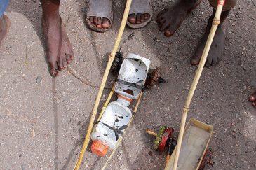 Самодельные машинки деревенских детей. Танзания