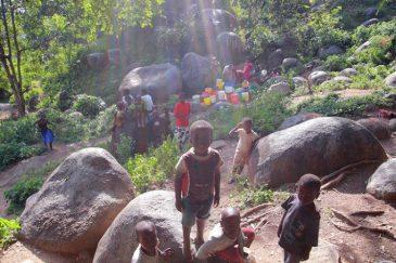 Дети на окраине города Мванза на озере Виктория