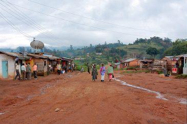 Улица деревни Булонгва в горах Кипенгере (2000 м. над уровнем моря)